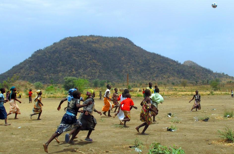 Jugando al fútbol en un campo de refugiados