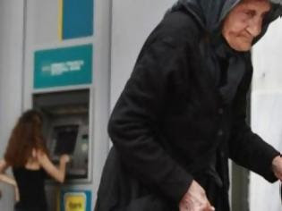 Φωτογραφία για ΧΙΛΙΑ ΜΠΡΑΒΟ ρε μάγκα: Η απελπισμένη γιαγιά μπροστά στο ΑΤΜ στην Κρήτη και η πράξη ανθρωπιάς που συγκλονίζει
