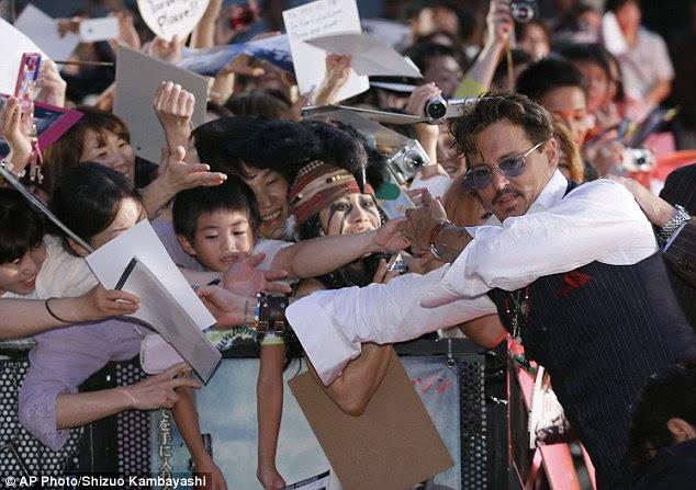 Cara popular: fãs gritando saiu para conhecer a estrela e ele galantemente balançou suas mãos