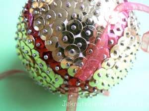 Zelf een kerstbal knutselen met pailletjes
