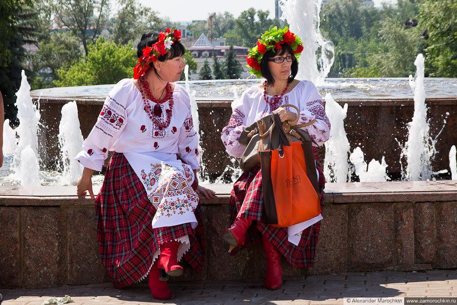 Нарядные красивые женщины у фонтана в Саранске