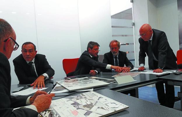 Miguel Ángel Páez y José Antonio Santano, reunidos ayer con representantes de Adif./