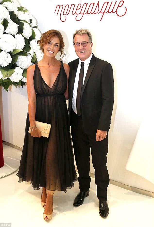 Chic: o ator francês Francois Cluzet chegou com sua esposa Narjiss para a bola elegante