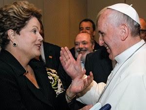 28/7 - Papa Francisco conversa com a presidente Dilma depois da missa em Copacabana (Foto: Roberto Stuckert Filho/Presidência)