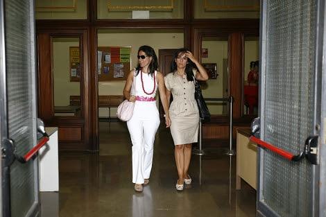La directora de la guardería, a la izquierda, saliendo de los juzgados. | Esther Lobato