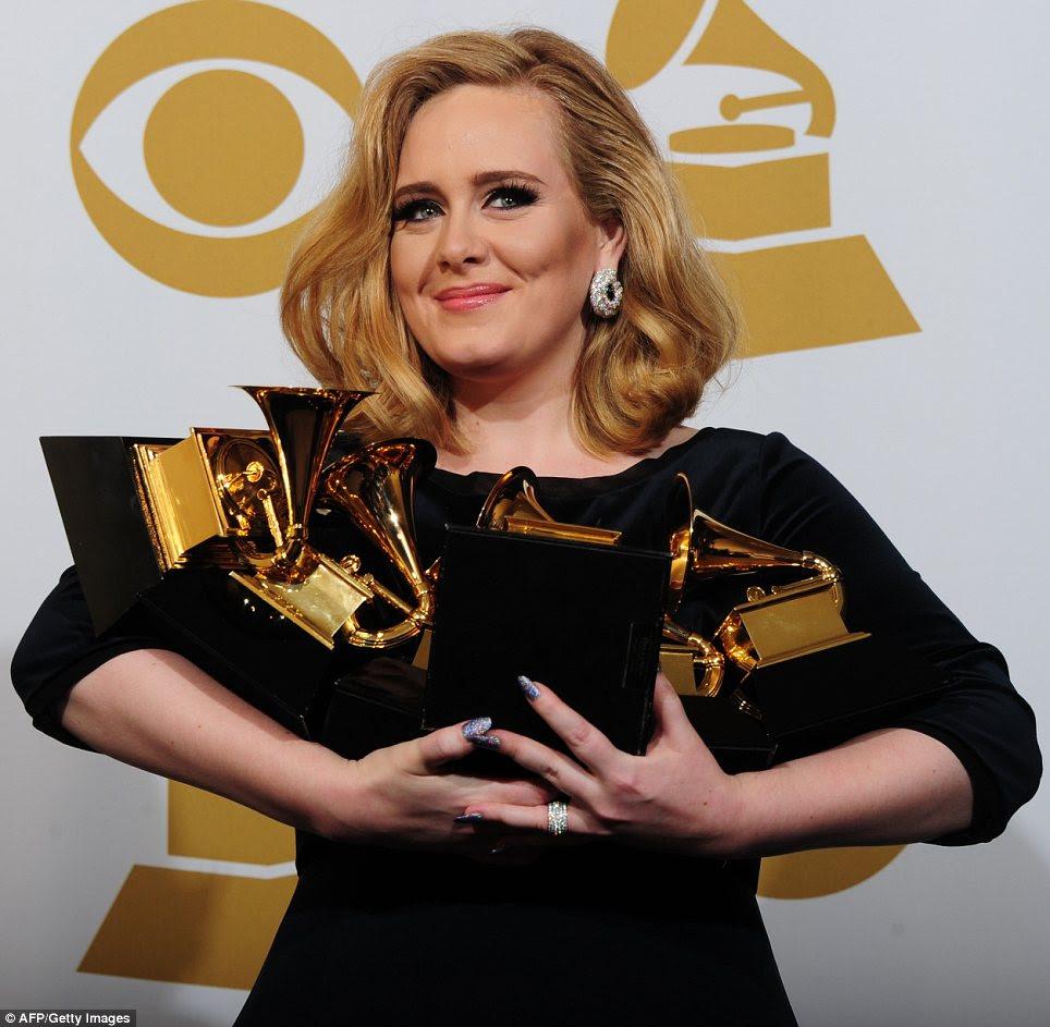 Onde ela vai colocá-los todos: Adele sorriu quando ela posou com seus prêmios seis embalados em seus braços após a cerimônia terminou