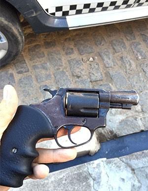 Arma apreendida pela polícia (Foto: Divulgação/PM)