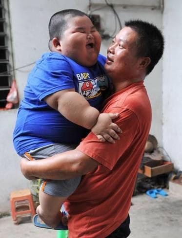 O pai sofre para pegar o menino no colo