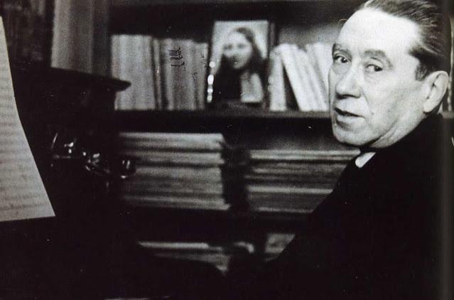 Joaquín Turina ante el piano