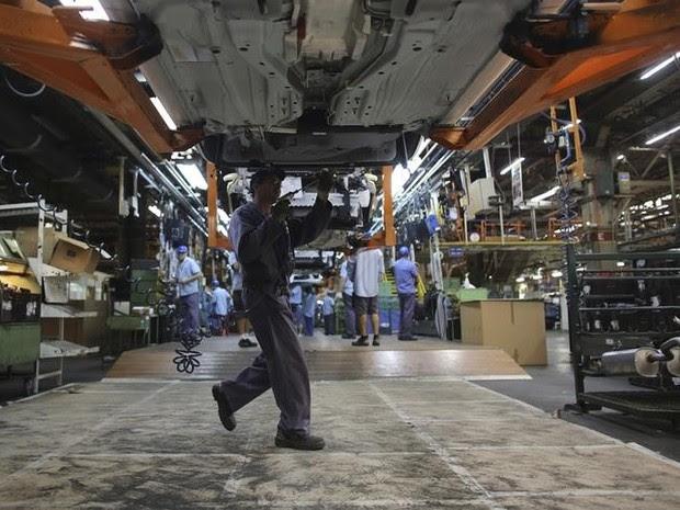 Funcionário trabalhando em fábrica de automovéis em São Paulo (Foto: REUTERS/Nacho Doce)