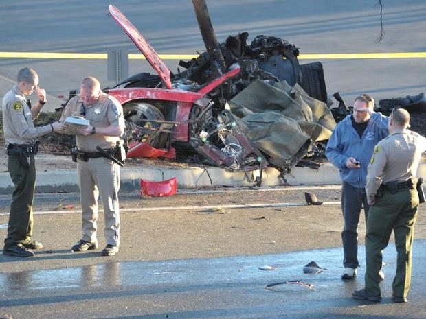 Porsche destruído em acidente neste sábado em Valencia, na cidade de Santa Clarita, Califórnia. (Foto: AP Photo/The Santa Clarita Valley Signal, Dan Watson)