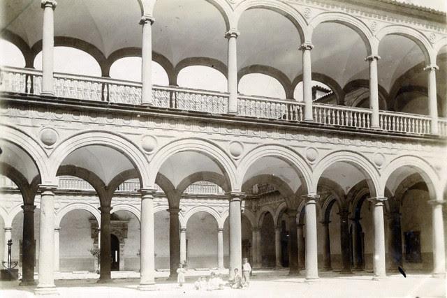 Patio del Hospital Tavera en junio de 1905. Fotógrafo anónimo. Colección Luis Alba. Ayuntamiento de Toledo