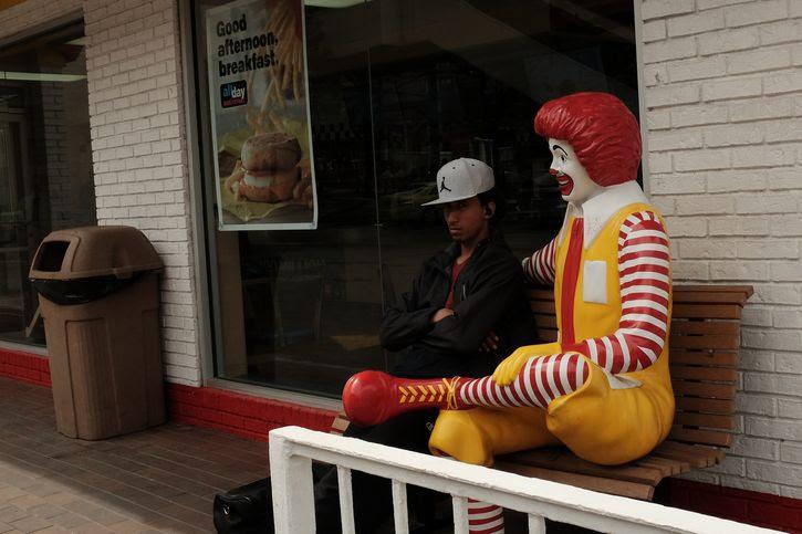 Ronald McDonald en una banca