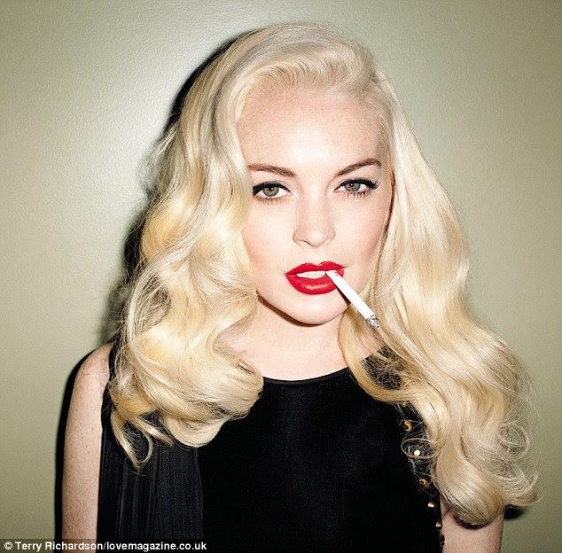 Poser: De acordo com o tema pinup dos anos 50, Lindsay veste batom vermelho brilhante e seu cabelo loiro habitual branqueada