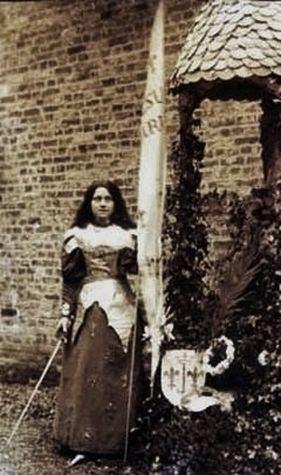 Ste Thérèse jouant Ste Jehanne d'Arc dans une récréation du Carmel