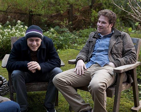 """Os atores Joseph Gordon-Levitt e Seth Rogen em cena do filme """"50/50"""", em que o câncer é tratado de forma divertida"""