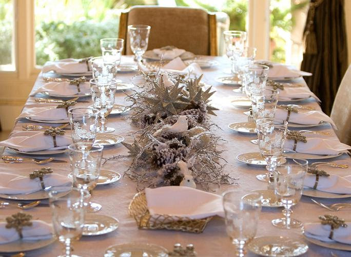 How to Decorate a Table for Christmas - Easyday