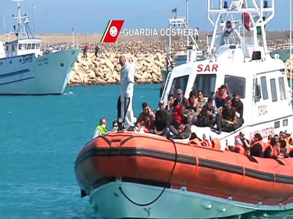 Una immagine tratta da un video della Guardia Costiera che mostra l'arrivo a Pozzallo di 411 migranti, tra cui 58 donne e 112 minori, di provenienza siriana, pakistana, marocchina, nigeriana e ghanese (Ansa/Guardia Costiera)