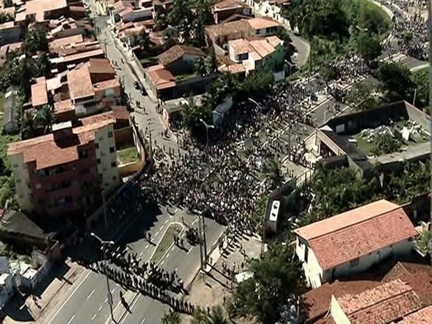 Protestos fecham segunda via de acesso ao Castelão (Foto: TV Verdes Mares/Reprodução)