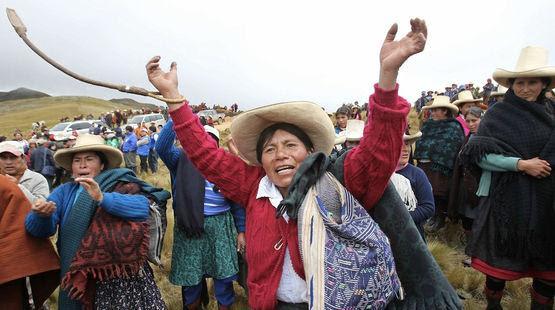 Mujeres de Cajamarca subiendo a la laguna El Perol. Foto: Salva la selva