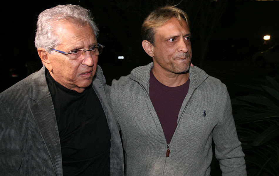 Humorista Carlos Alberto de Nóbrega e o filho Marcelo chegam para o velório de Hebe Camargo, em São Paulo