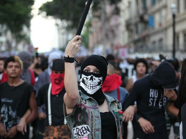 Mascarada durante protesto no Centro de SP (Foto: Marcelo Brandt/G1)
