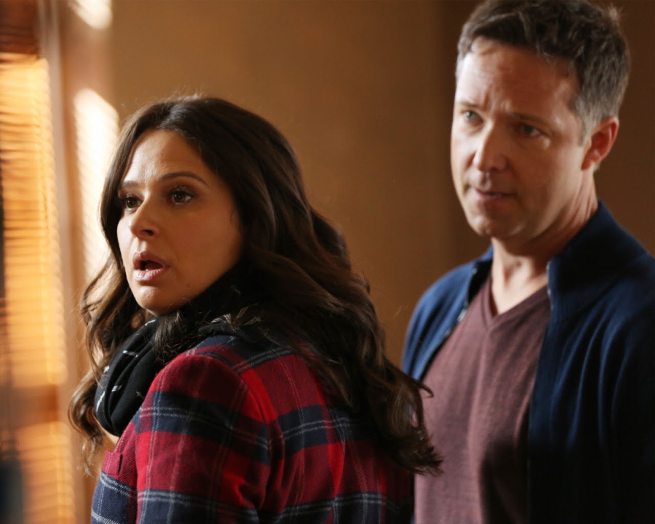http://vignette2.wikia.nocookie.net/scandal/images/a/ad/5x09_-_Quinn_and_Charlie_2.jpg/revision/latest?cb=20151117223652