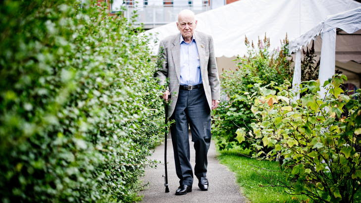 GÅR TUR DAGLIG: I hagen på eldresenteret går Carl Falck tur hver dag. Foto:Thomas Skaug/Dagbladet