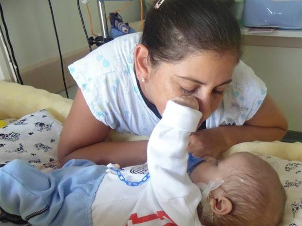 O bebê Davi Miguel, de 8 meses, aguarda transplante no exterior para minimizar doença rara (Foto: Dinea Gama/Arquivo Pessoal)