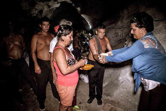 Evacuado en obra protectora de las Fuerzas Armadas Revolucionarias (FAR) autorizada como albergue para residentes en zonas de peligro, del municipio de Gibara, en Holguín, ante el azote del huracán Irma a su paso por la costa norte de Cuba, el 7 de septiembre de 2017. Foto: Juan Pablo Carreras/ ACN.