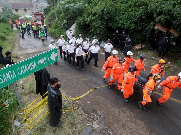 Equipes de resgate carregam corpo de uma das vítimas do deslizamento de terra na Guatemala (Foto: Josue Decavele/Reuters)