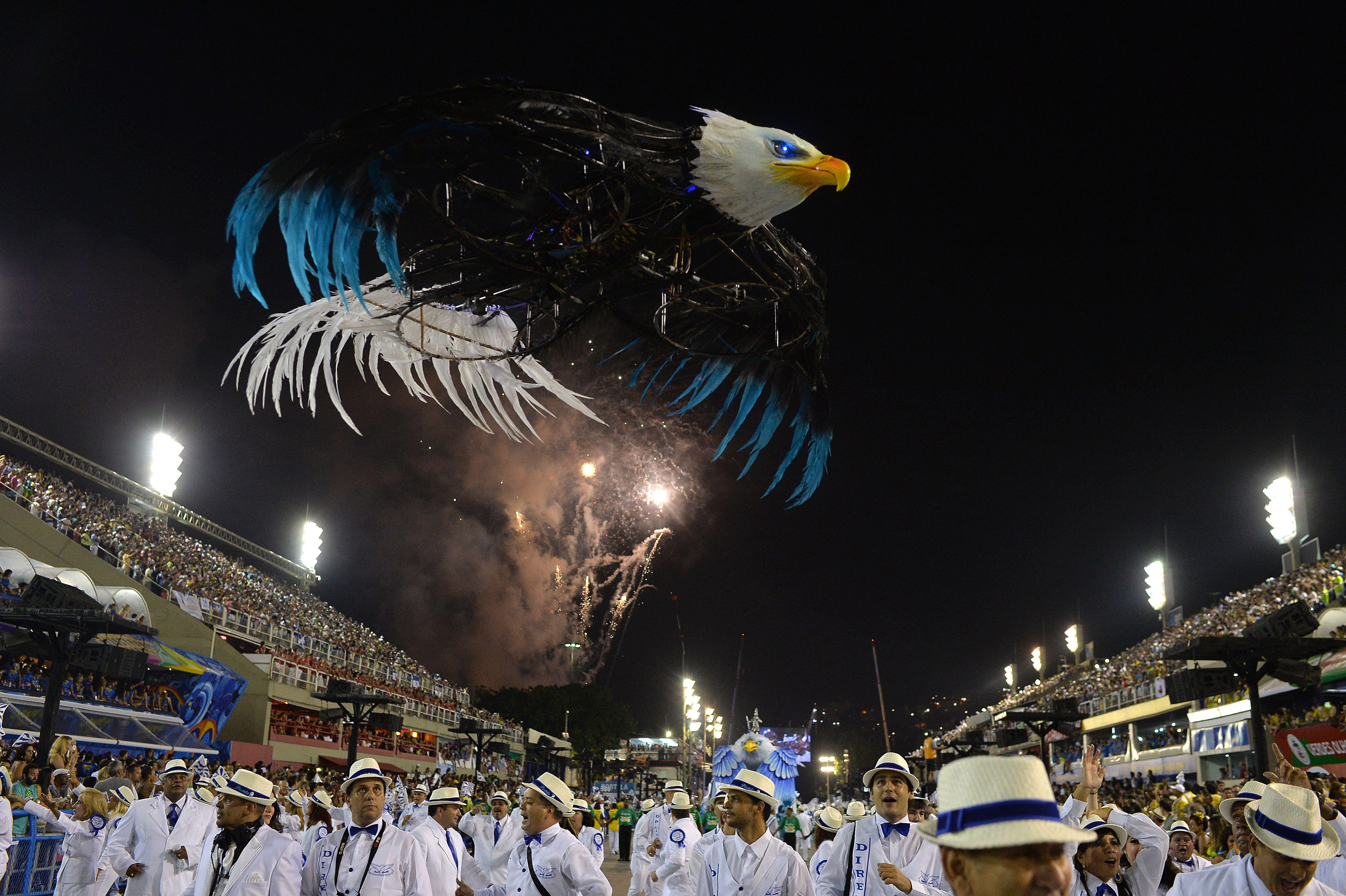 Portela inovou com drone em formato de águia / Yasuyoshi Chiba/AFP