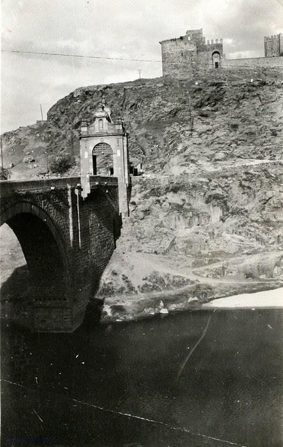 Puente de Alcántara y Castillo de San Servando en 1927. Fotografía de Joaquín Turina © Fundación Juan March