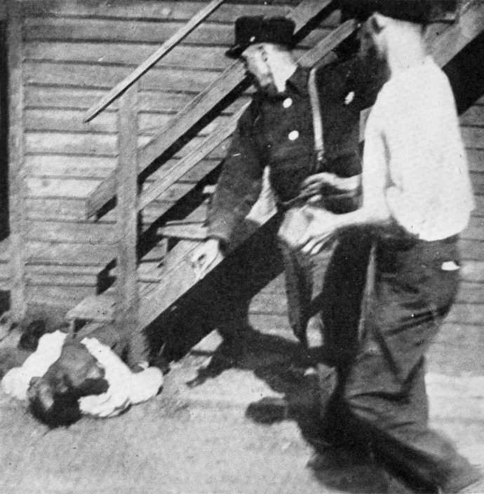 http://upload.wikimedia.org/wikipedia/commons/b/bf/Chicago_Race_Riot_1919_stoning.png