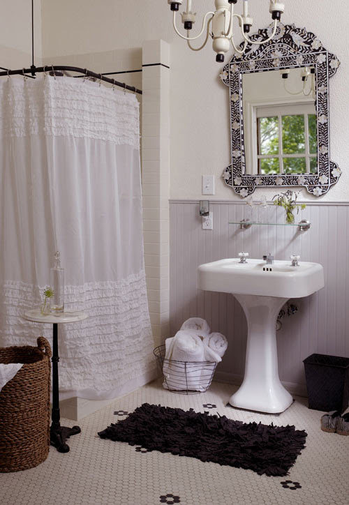 This sweet, vintage-style black and white bathroom...