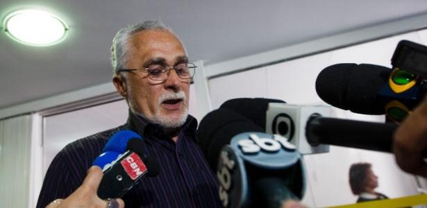 O ex-presidente do PT José Genoíno lê carta no Diretório Nacional do PT no dia em que foi condenado pelo STF