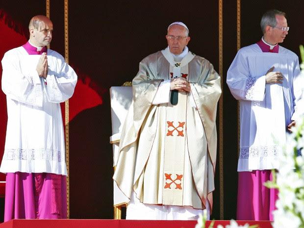 Papa Francisco durante a beatificaçãod e Paulo VI neste domingo (19), no Vaticano (Foto: Tony Gentile/Reuters)