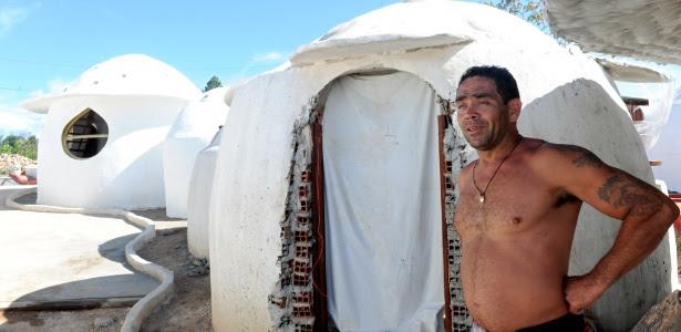 O colombiano Julio Álvares veio para Alto Paraíso, em Goiás, com a expectativa de sobreviver ao fim do mundo; na foto, os chalés que ele construiu para se refugiar