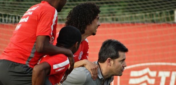 Valdívia pulou nas costas do novo técnico do Inter e depois ouviu corneta