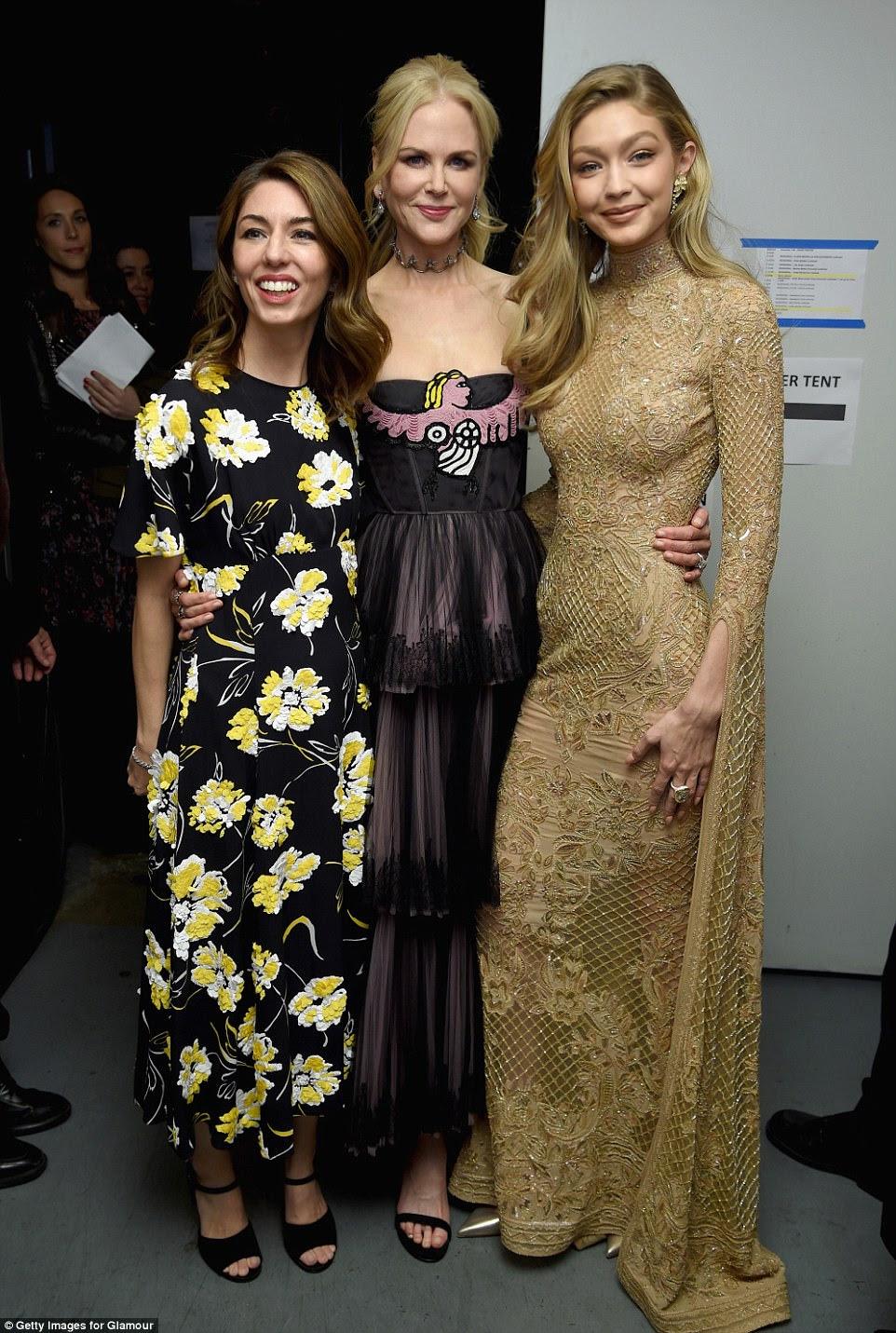Trio deslumbrante: Sofia Coppola, Nicole Kidman e Gigi Hadid foram vistas esfregando os ombros nos bastidores no evento