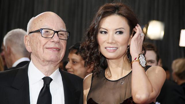 El magnate Rupert Murdoch junto con su esposa Wendi Deng.