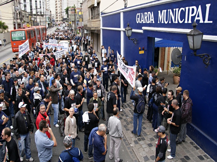 Guardas municipais de Curitiba fazem passeata para reivindicar aumento piso salarial