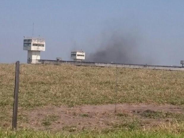Presos colocaram fogo em colchões durante a rebelião (Foto: Arquivo pessoal)