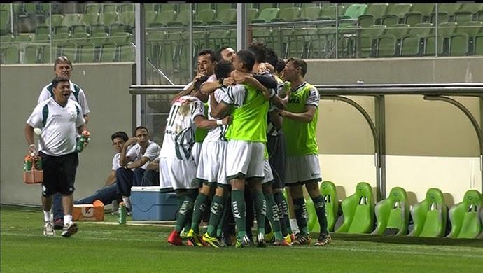 Jogadores do Luverdense comemoram gol contra o América-MG (Foto: Reprodução/Premiere FC)