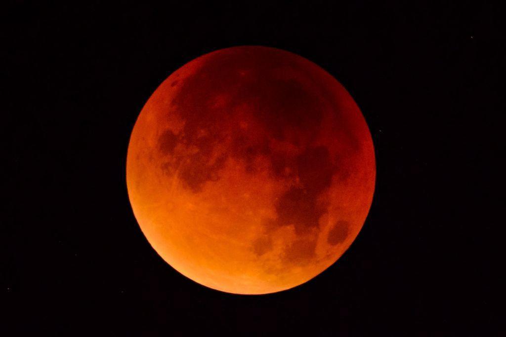 «Ματωμένο φεγγάρι»: Η μεγαλύτερη σεληνιακή έκλειψη του 21ου αιώνα | in.gr