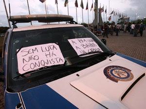 Polícia em greve na Bahia (Foto: Raul Spinassé/Agência A Tarde/AE)