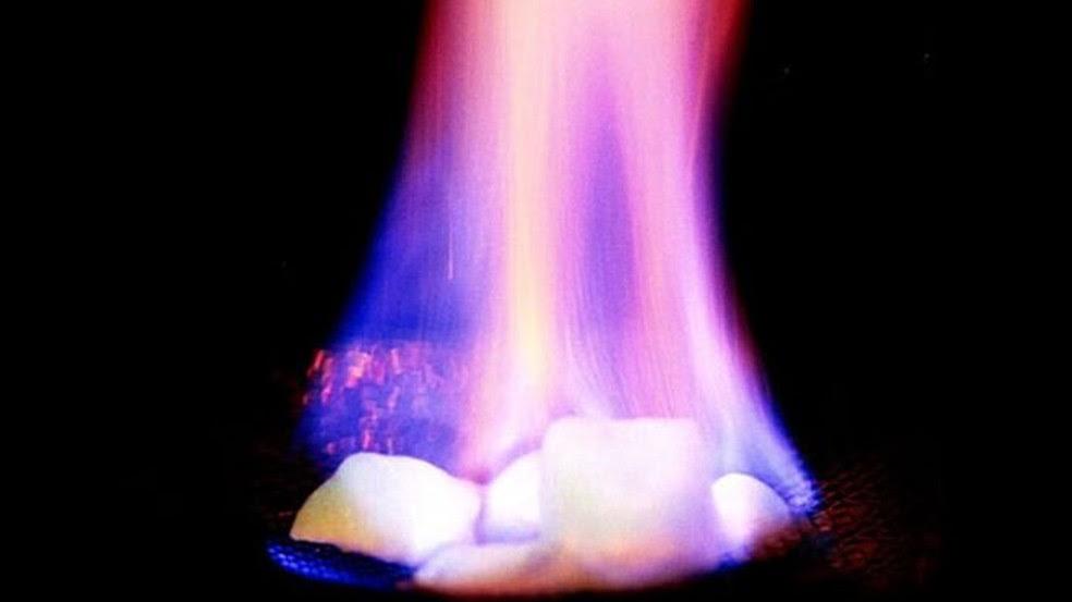 Embora pareça com gelo, o hidrato de metano é inflamável  (Foto: USGS)
