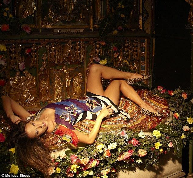 Atrás das cenas: Fotos da sessão de fotos para a revista da Melissa, Sonhos de plástico, ver o modelo se estendia por túmulos em uma igreja de Londres