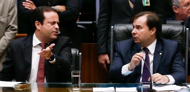 Líder do governo, André Moura (à esq.), e o presidente da Câmara, Rodrigo Maia, durante a primeira votação da PEC