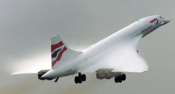 """** ARCHIV ** Eine Concorde der British Airways hebt am 22. Oktober 2001 von London aus zum ersten Transatlantikflug nach dem Absturz einer Concorde in Paris ab. Vor 40 Jahren begann eins der faszinierendsten Kapitel der Luftfahrtgeschichte. Am Nachmittag des 2. Maerz 1969 hob in Toulouse das Ueberschallflugzeug Concorde zu seinem Erstflug ab. Doch der """"wunderbare Vogel"""" flog stets gegen den Zeitgeist und wurde ein wirtschaftliches Fiasko. Seine Geschichte wird zudem vom Unfall des 25. Juli 2000 ueberschattet, bei dem nahe Paris 113 Menschen ums Leben kamen. Mit der Ausmusterung der Concorde 2003 endete vorerst der zivile Ueberschallflug. (AP Photo/Max Nash, Archiv) --- ** FILE ** In this Oct. 22, 2001 file photo a British Airways Concorde takes off in a cloud of spray, from Heathrow Airport, London Monday, for its first transatlantic flight since a similar plane crashed on take off in Paris, France, July 2000. The flight was a test to check out alterations made to the aircraft. (AP Photo/Max Nash, File)"""